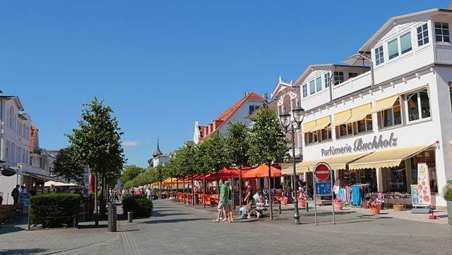Strandpromenade in Binz auf Rügen mit Blick auf die Hauptstrasse
