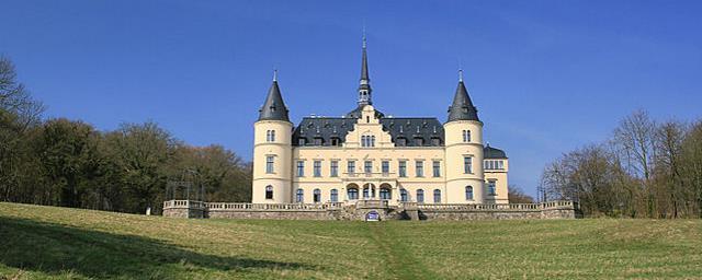 Das Schlosshotel Ralswiek von vorne
